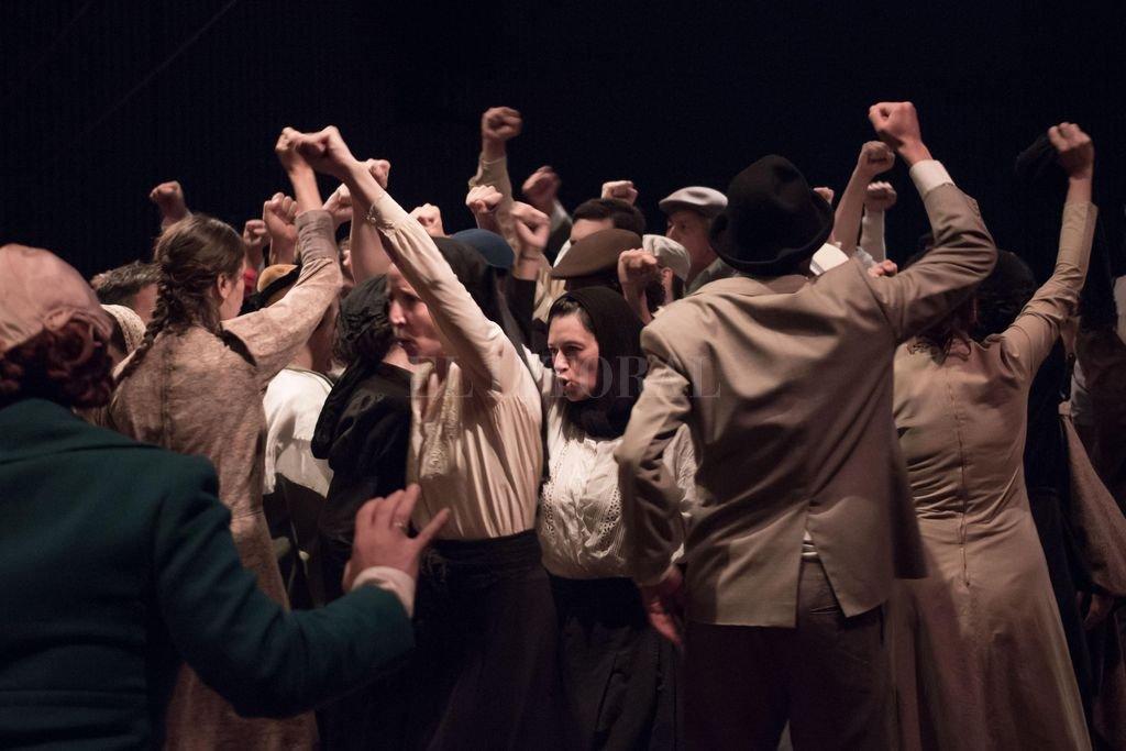 La obra del Laboratorio de Antropología Teatral, dirigida por Ana Woolf, recorre las historias de los antepasados inmigrantes. <strong>Foto:</strong> Gentileza Pablo Kauffer