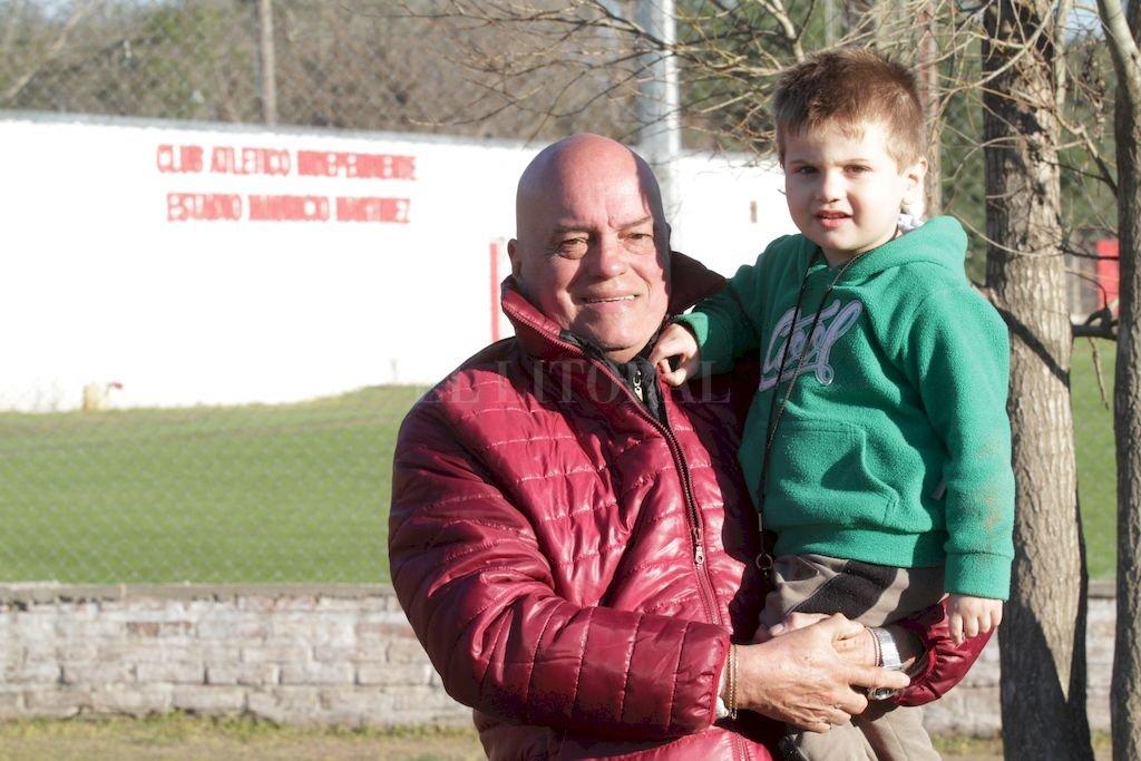 Ernesto Brignone junto a su nieto. El presidnete de Independiente aseguró que el Diablito se hace. <strong>Foto:</strong> Pablo Aguirre