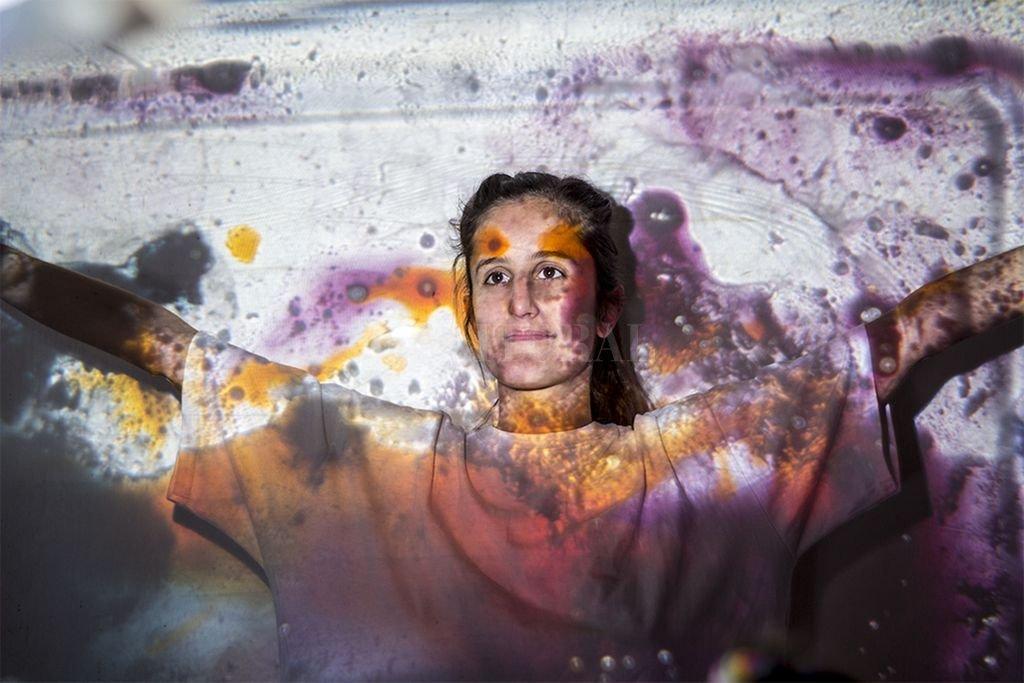 La presentación va a estar acompañada por una puesta visual realizada por Valeria Marioni, quien navegará con un retroproyector y sus ilustraciones por las texturas que propone la música.  <strong>Foto:</strong> Gentileza producción