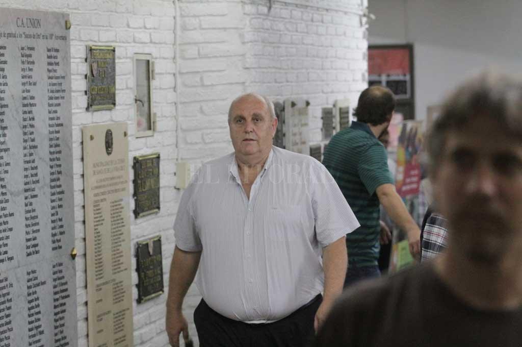 Demasiada presión.El presidente Luis Spahn caminando por los pasillos tatengues rumbo a la última y polémica asamblea en el Club Atlético Unión. Los referentes de la oposición denunciaron públicamente ayer que empezaron a surgir claras diferencias entre el relato de la máxima figura política —por lo que dijo esta misma semana ante los socios— y lo que arrojan los balances. Más que nunca cobra importancia la auditoría. <strong>Foto:</strong> Pablo Aguirre