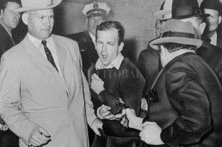 Murió el policía que custodiaba a Oswald cuando lo mataron