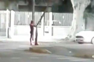 """Rosario: Hombre Araña """"a la gorra"""" en el semáforo"""