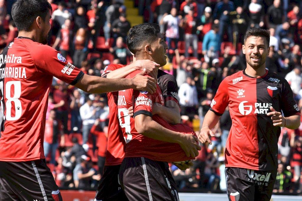 El volante Lértora en el festejo del gol de Aliendro Crédito: Flavio Raina