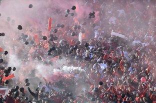 La hinchada de River recordó la final en Madrid con globos negros