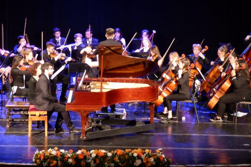 Orquesta de Cámara de la Escuela Municipal de Música Remo Pignoni de Rafaela y los solistas Martín Salum y Pablo Santa Cruz. Crédito: L.S.