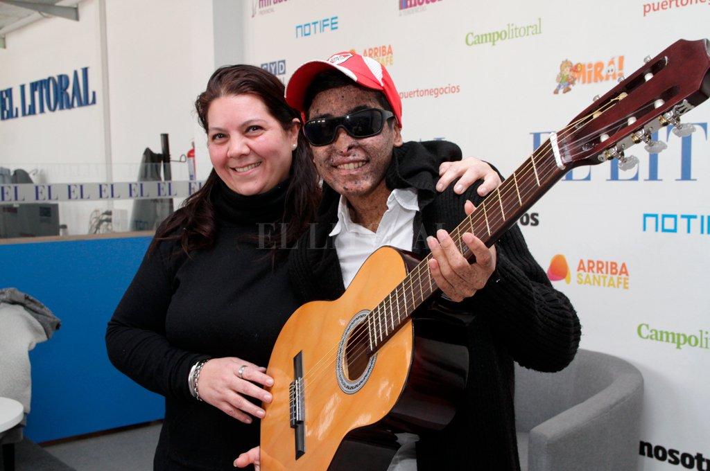 HERMOSO GESTO. Lilia, la mujer que le regaló la guitarra, y Nahuel, el adolescente de 16 años que no sale de su casa, aceptaron sellar una nueva amistad con esta foto. <strong>Foto:</strong> Mauricio Garín.