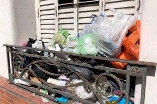 Se acumula basura a metros de la terminal de colectivos de Santa Fe