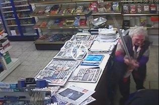 Video: Una mujer de 82 años golpeó a bastonazos a un ladrón que robó su negocio