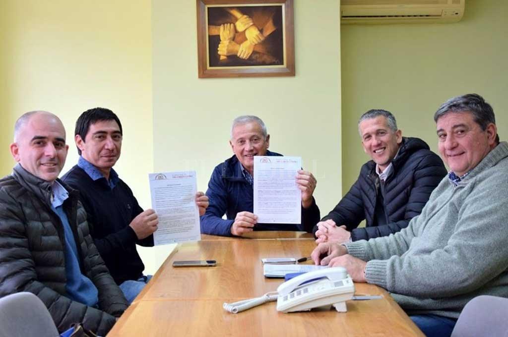 Beneficio. Ricardo Ponzio recibió $ 60.000 por parte del Gobierno de San Carlos Centro, que se destinarán a la compra de moldes metálicos para la fabricación de tapiales de hormigón.  <strong>Foto:</strong> Gentileza