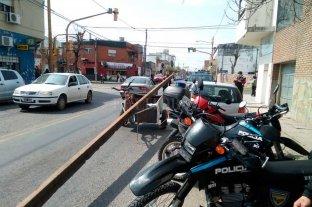 Insólito: se llevaban un riel en un carrito y fueron detenidos