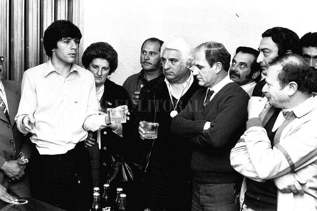 Esta foto tiene casi 40 años. Fue el día en que Rubén regresó de Tokio, ya campeón del mundo. Allí están sus padres escuchándolo y el por entonces presidente de Colón, el doctor Eugenio Marcolín. Crédito: Archivo El Litoral