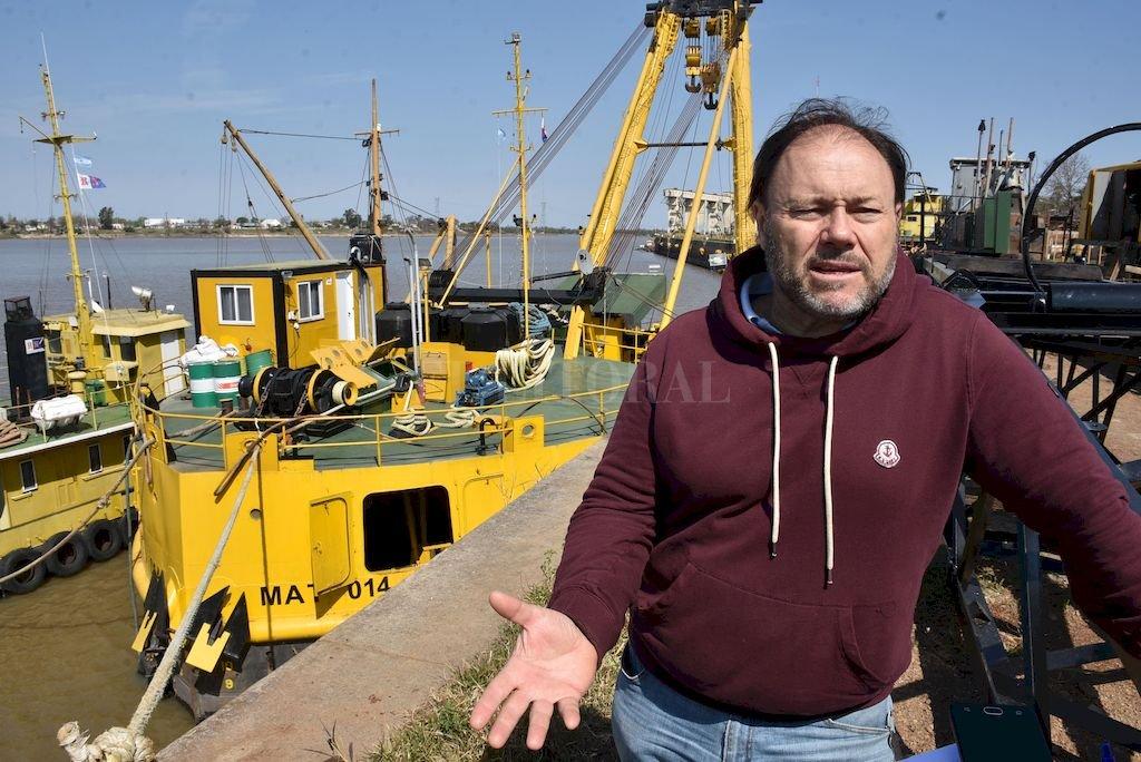 A la orden. El perito naval, Carlos Paz, lleva 35 años en la empresa de salvamento. En su haber tiene el reflotamiento de 11 toneladas de oro de un barco chileno hundido en el Estrecho de Magallanes. <strong>Foto:</strong> Luis Cetraro