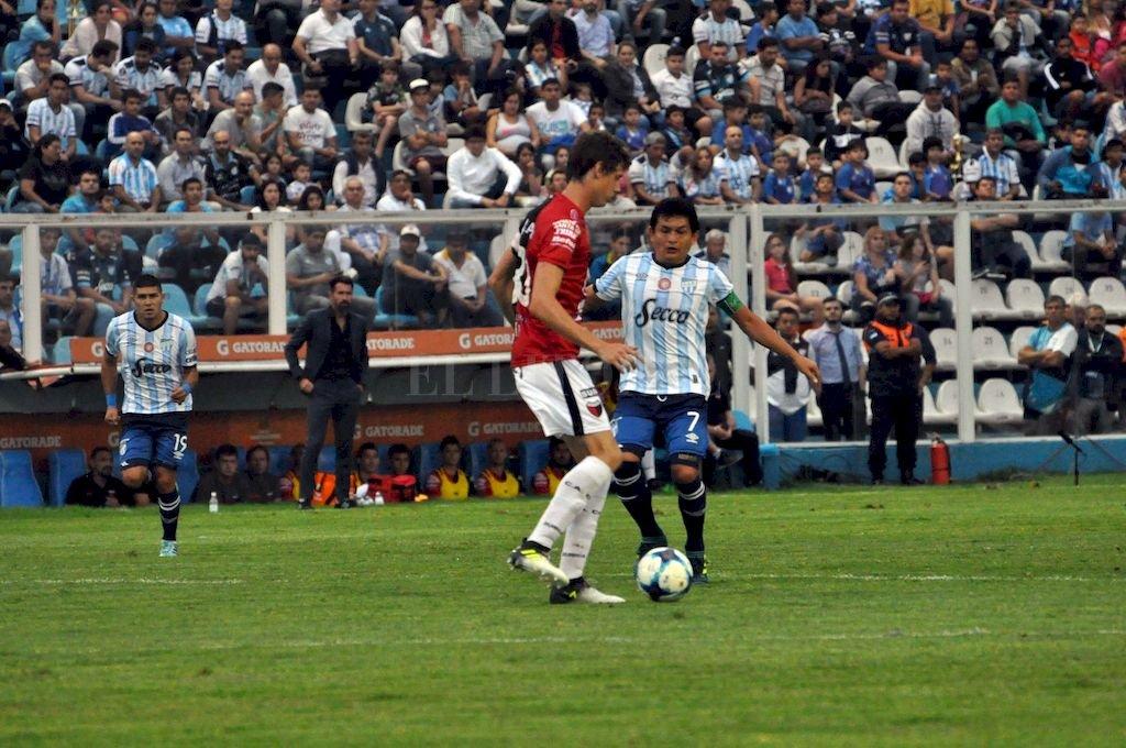 El Pulga Rodríguez no llega a marcar la salida del Flaco Conti. Fue en un partido que Colón y Atlético jugaron en Tucumán hace casi dos años y que terminó con el triunfo de los tucumanos. Crédito: Archivo El Litoral