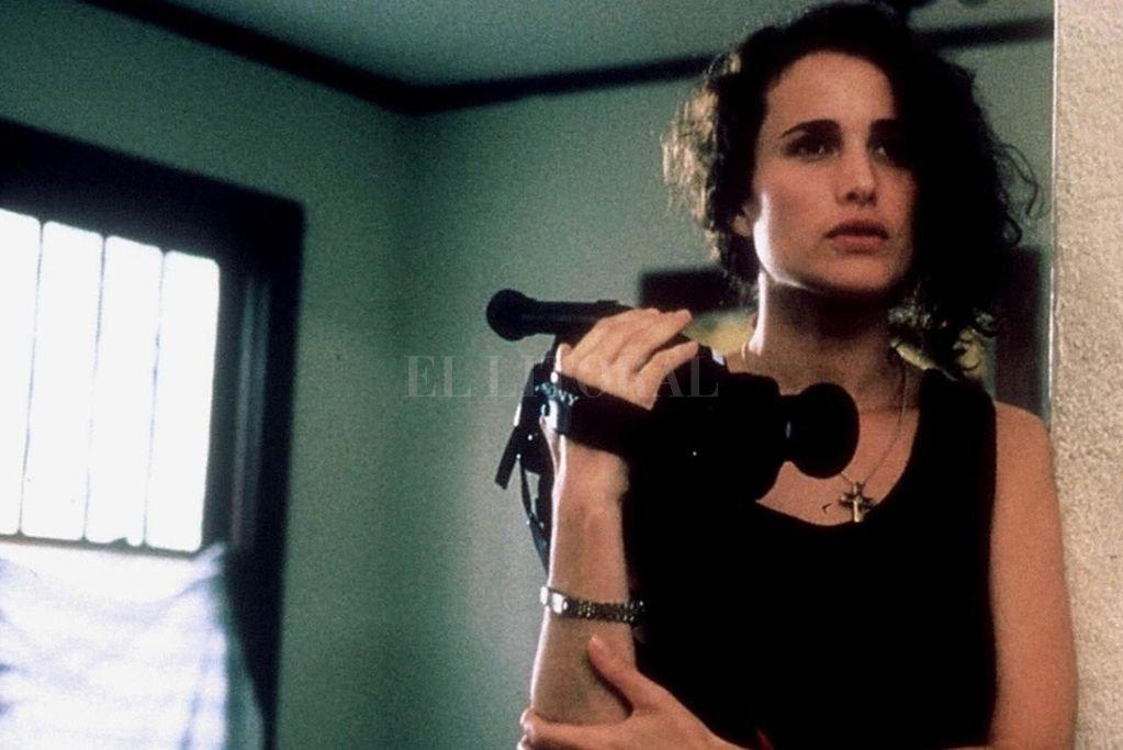 La actriz Andie MacDowell se destaca en el rol de una reprimida muchacha sureña que se suelta ante la cámara del enigmático Graham. Crédito: Outlaw Productions / Miramax