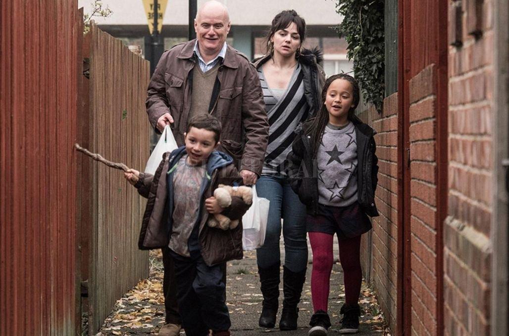 Daniel Blake (Dave Johns), un carpintero impedido de trabajar, y Katie (Hayley Squires), una madre soltera con dos hijos, intentarán ayudarse mutuamente. Crédito: Gentileza Entertainment One Films