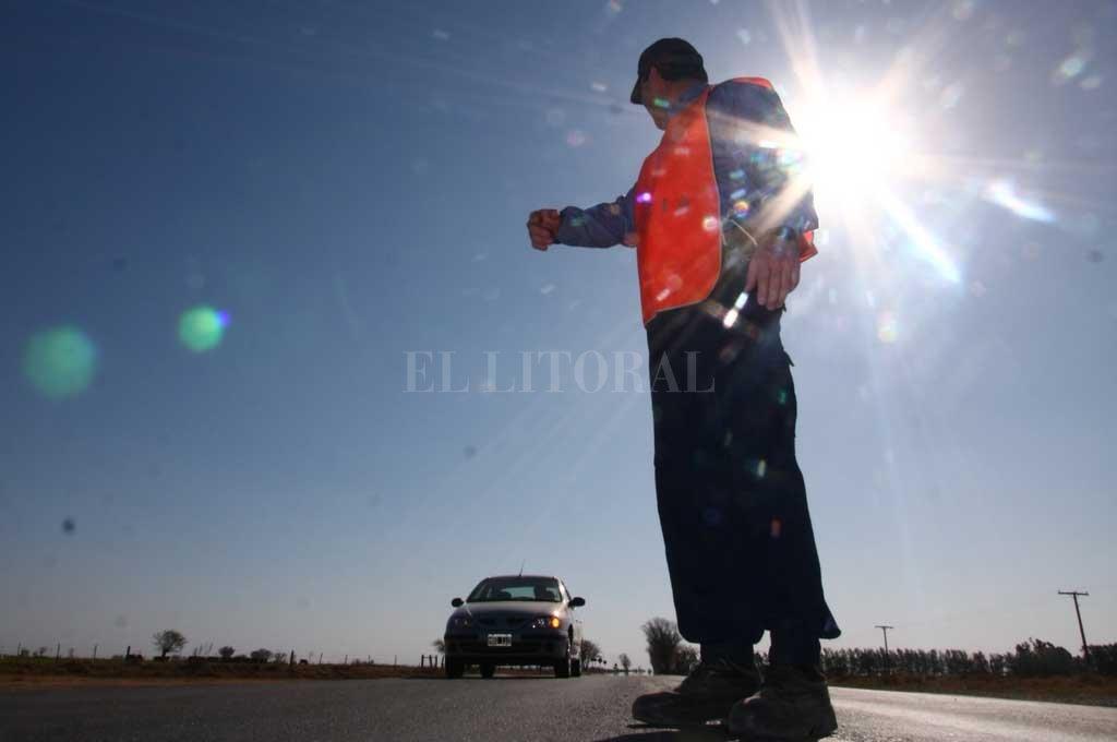 Los uniformados labraron un acta por circular con la RTO vencida y sin seguro, pero la anularon tras el pago de una coima. Crédito: Archivo El Litoral / Mauricio Garín