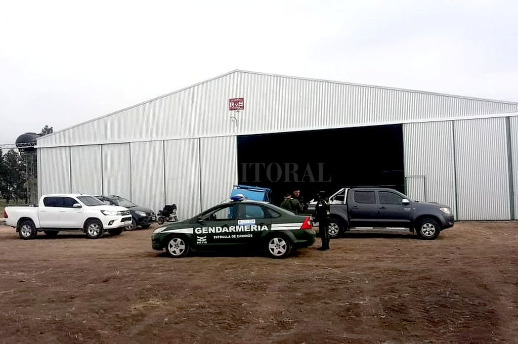 DENUNCIA. Policía de la provincia y Gendarmería acudieron al hangar 8 el domingo por la mañana, tras un llamado que informaba del hecho. <strong>Foto:</strong> Gentileza