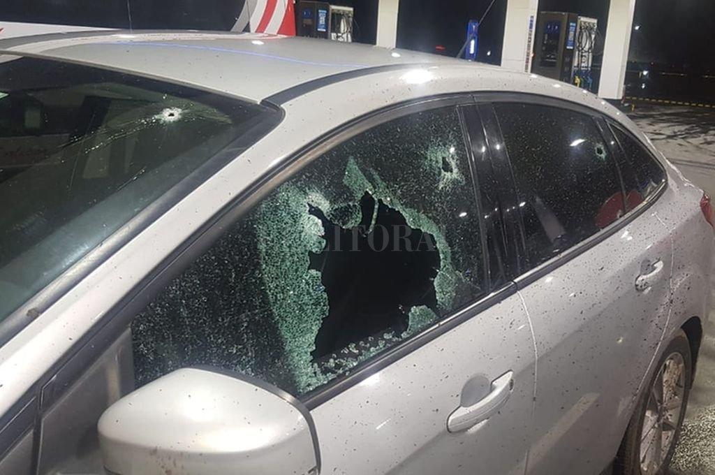 Las huellas de los balazos en el Ford Focus donde viajaba Valdes, dan una idea de la violencia del ataque.  Crédito: El Litoral