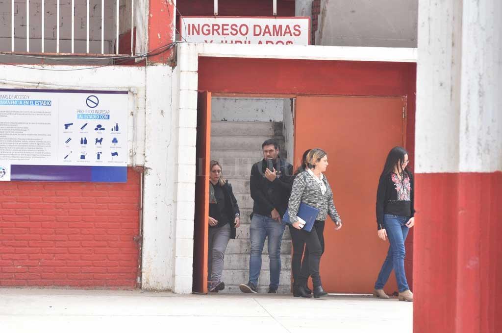 Las fiscales María Laura Urquiza y Mariela Jiménez ingresaron a la sede del club pasadas las 8 de la mañana en busca de evidencias. <strong>Foto:</strong> Guillermo Di Salvatore