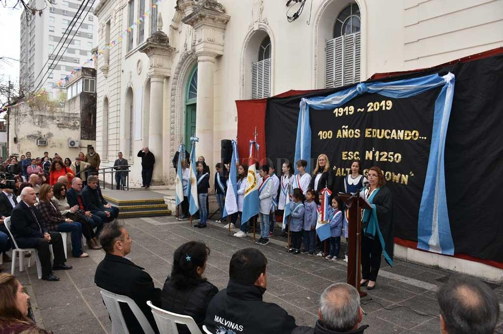 Un siglo. Con un emotivo acto, la escuela Almirante Brown festejó sus 100 años de servicio a la comunidad santafesina.  <strong>Foto:</strong> Flavio Raina