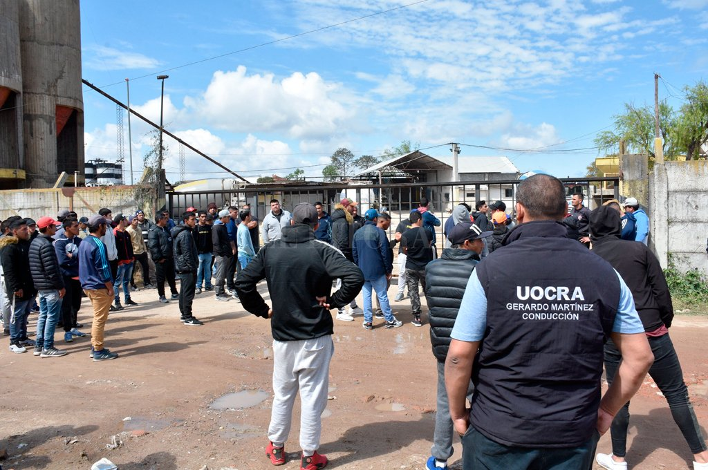 Un nutrido grupo se hizo presente ayer a las puertas de la empresa que realiza trabajos en nuestra ciudad.  <strong>Foto:</strong> Guillermo Di Salvatore.