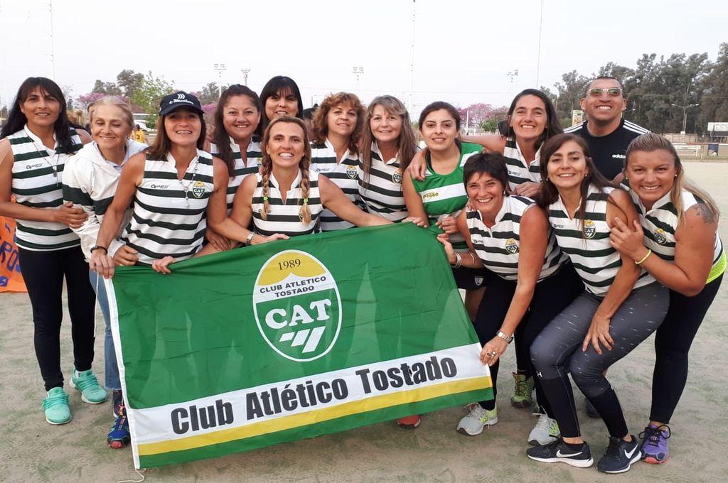 Podio y Fair Play. Las Mamis de Tostado, felices por el tercer puesto y por el premio a la buena conducta.   Crédito: Gentileza Club Atlético Tostado