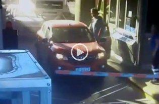 Video: Un camión se quedó sin frenos y aplastó un auto en un peaje de la Panamericana