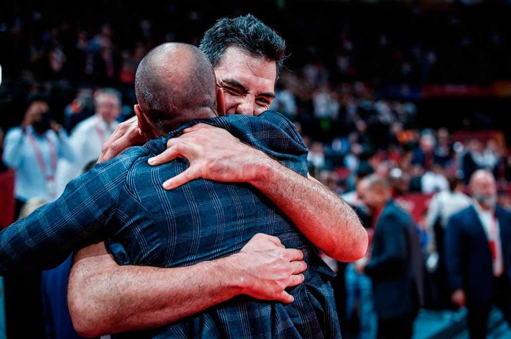 Abrazo eterno de amigos. Ginóbili entró a la cancha y saludó al capitán argentino, Luis Scola.  <strong>Foto:</strong> FIBA