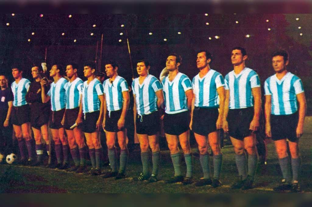 La formación de la Selección argentina que sucumbió en el Cementerio de los Elefantes. En 1964, Colón consiguió dos triunfos consagratorios: venció al Santos de Pelé y a la Selección que venía de ganar la Copa de las Naciones. Crédito: Archivo El Litoral