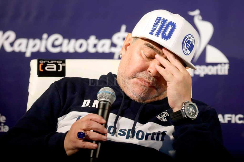 Diego Maradona y su prueba de fuego para tratar de conseguir otro milagro, pero esta vez desde afuera de una cancha. Crédito: Agencia Xinhua