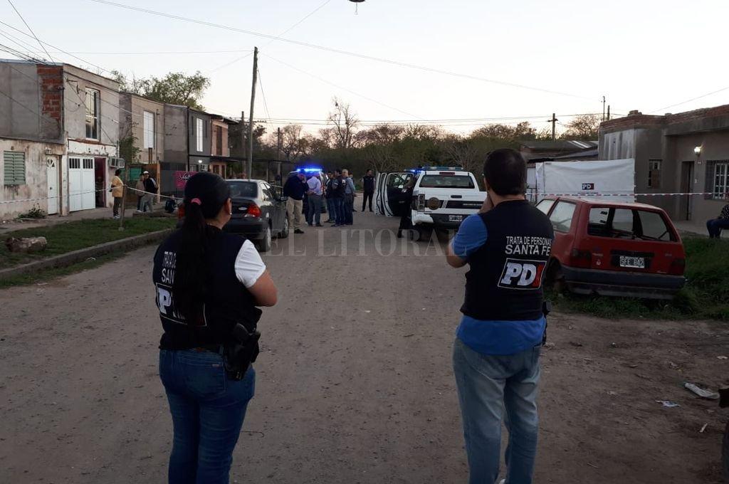 Durante largo rato peritos e investigadores trabajaron en la escena del suceso Crédito: Danilo Chiapello