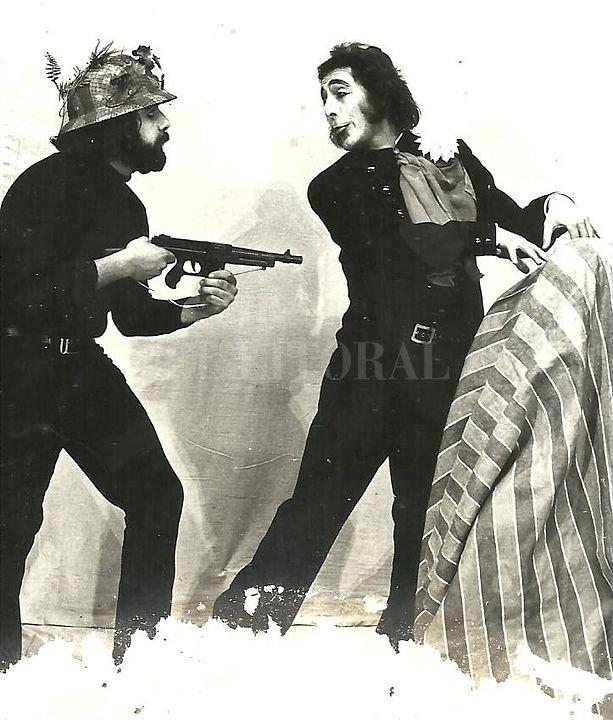 """Eduardo Pascucci y Carlos Peisojovich. Escenificación del """"Juan Moreira Super Show"""" en el Teatro Municipal de Santa Fe en 1973. <strong>Foto:</strong> Gentileza de Peiso"""