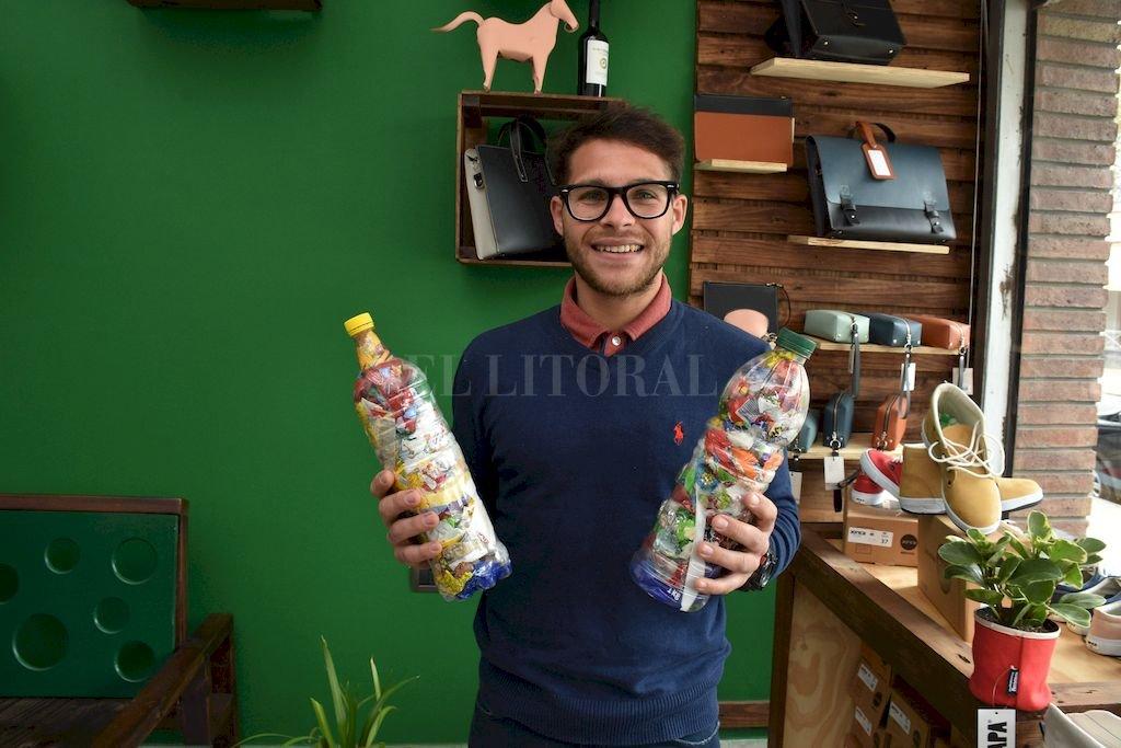 Joaquín Aranda es propietario de Eco Store, uno de los locales que funcionan como centro de acopio para las botellas de amor. Crédito: Guillermo Di Salvatore