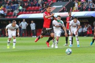 """Dos """"avivadas"""" para ganar un partido """"chivo"""" - Saltito del Pulga Rodríguez para patear el penal."""