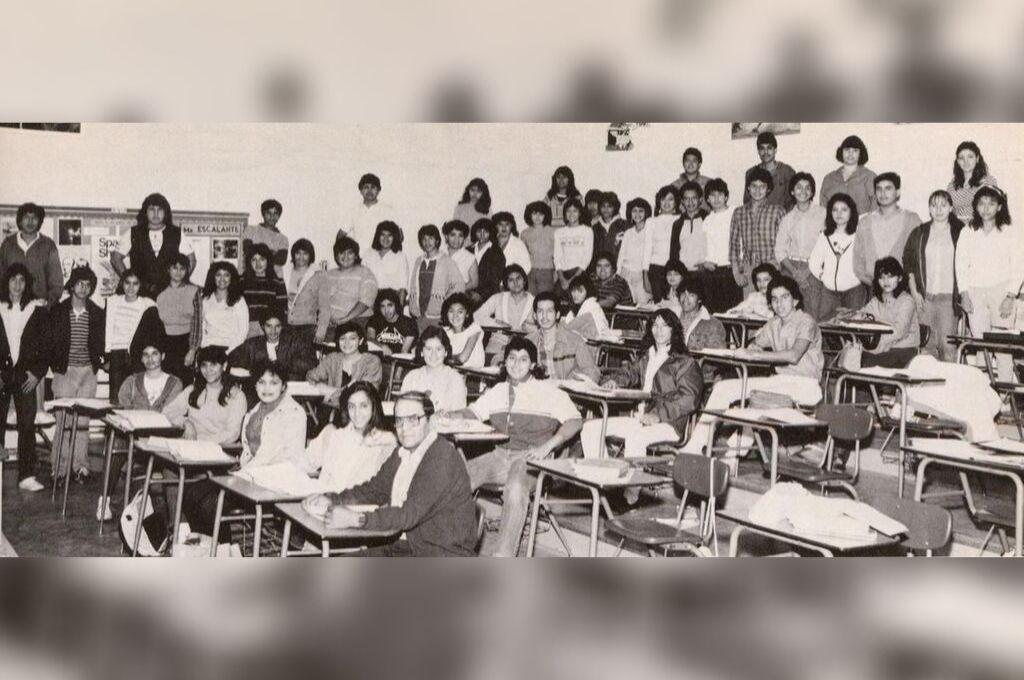 Jaime Escalante junto a sus alumnos. El profesor modificó los contenidos de matemática, y logró que sus alumnos aprobaran el examen de Acreditación Anticipada a la Universidad con resultados comparables a los de las escuelas más caras y prestigiosas del país. Crédito: Escuela Secundaria Garfield