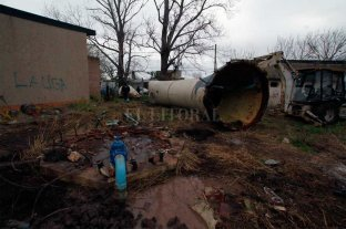 Cayó viejo tanque de Aguas y provocó algunas roturas