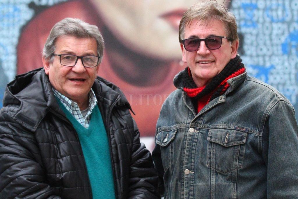 Eduardo Nelli y Edgardo Doldán, dos fundadores del grupo hace casi 40 años, que siguen vigentes con las mismas ganas y pasión de siempre. Una vuelta a todo festejo. <strong>Foto:</strong> Pablo Aguirre