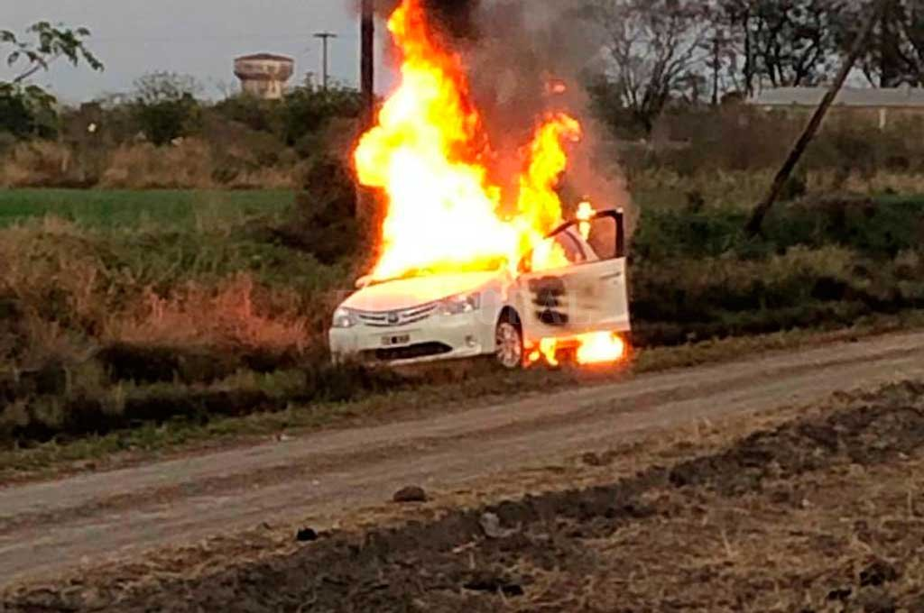 Un Toyota Etios envuelto en llamas fue hallado esta mañana en un camino rural, al este de la ciudad. Crédito: Prensa URXVI