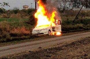 Robaron, se llevaron   el auto y lo quemaron - Un Toyota Etios envuelto en llamas fue hallado esta mañana en un camino rural, al este de la ciudad. -