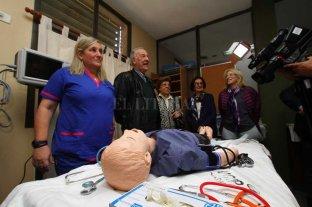 El centro de simulación del Hospital de Niños Alassia continúa equipándose  - Prácticas. Los muñecos son utilizados por profesionales de la salud y estudiantes para practicar situaciones que son habituales en la vida cotidiana.  -