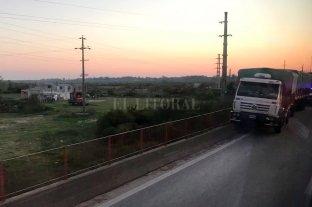 Ruta Nacional 168: Un camión chocó con un murete y complica el ingreso a la ciudad