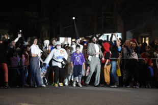 """La noche en que la nariz se convirtió en """"bandera"""" - Un clásico que se renueva año tras año: la fiesta inaugural del Festiclown, ante las puertas del Centro Cultural Provincial. -"""