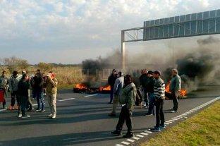 Municipales cortaron la autopista en reclamo de sueldos atrasados  -