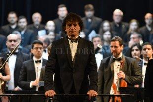 La música como comunión de almas - Ángel Mahler al frente de la orquesta y el coro integrado por músicos santafesinos, con integrantes de la Sinfónica y el Polifónico. -
