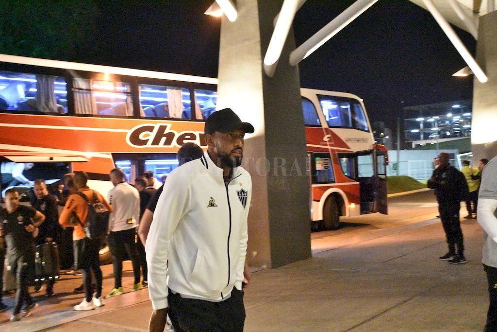 La llegada de la delegación de Atlético Mineiro, este miércoles por la noche al Hotel Los Silos en el Puerto santafesino. Estuvieron un día en Rosario, donde cumplieron la última jornada de trabajo en el predio de Bella Vista. <strong>Foto:</strong> Manuel Fabatia