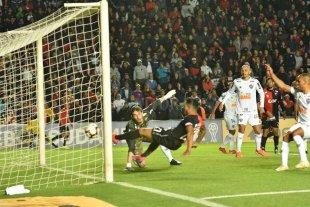"""Los """"viejitos locos"""" y una vigencia a puro gol - Wilson Morelo empuja la pelota al fondo del arco brasileño, convirtiendo el empate transitorio. Fue en el arranque del segundo tiempo, cuando ya Colón mostraba una actitud diferente a la del primero. -"""