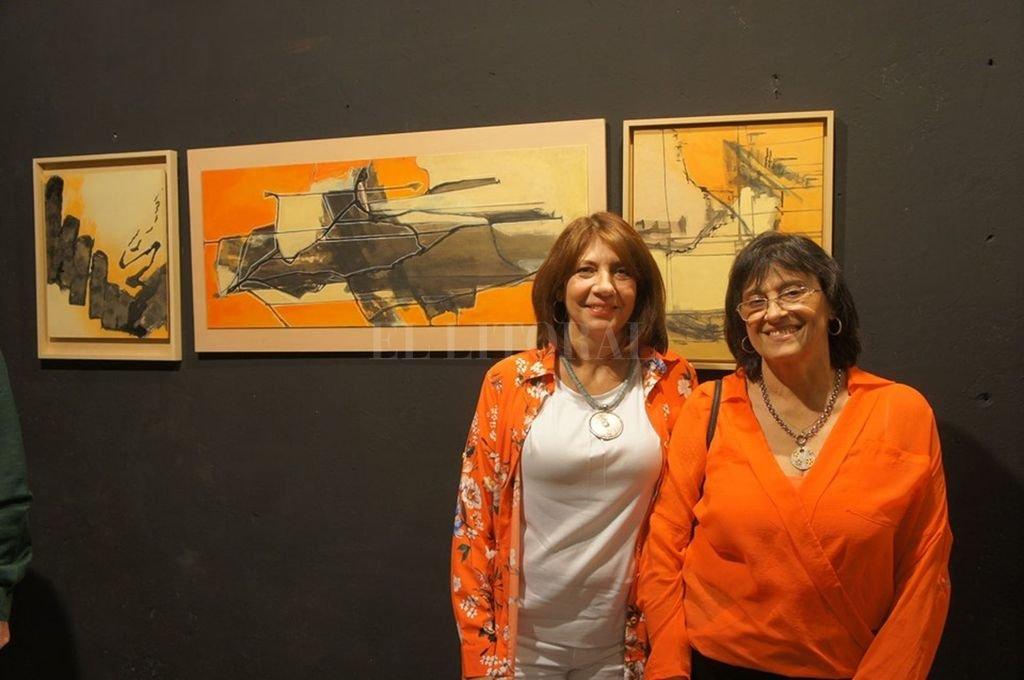 """Carla Andrea Rotania y Adriana Ramírez frente a una de las obras de su muestra conjunta """"Intersticio"""", en la Galería Made. <strong>Foto:</strong> Gentileza Made"""