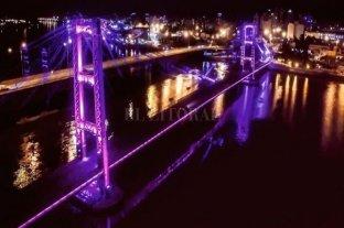 Para pedir la emergencia feminista el Puente Colgante se tiñe de violeta - Violeta. Así lucirá el Puente Colgante esta noche de viernes. -
