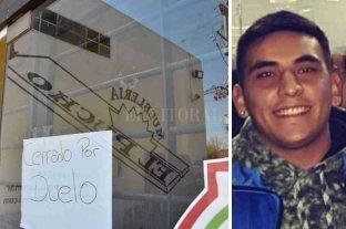 """Le robaron la moto y murió   en las manos de los vecinos - """"Cerrado por duelo"""", decía este viernes el cartel de la mueblería El Pucho, donde trabajaba (IZQ) Maximiliano Olmos (25) iba a buscar a su novia al trabajo cuando lo atacaron. (DER)"""