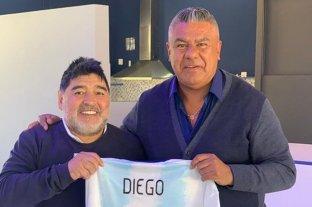 Maradona recibió la visita de Tapia quien le regaló una camiseta del seleccionado